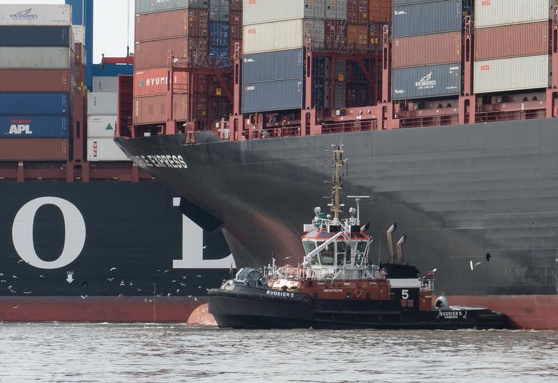 BUGSIER 5 vor Containerterminal Altenwerder beim Drehen Containerschiff Hamburg