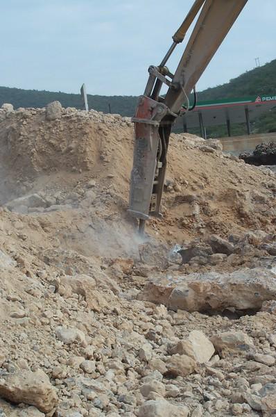 NPK E225 hydraulic hammer on Deere excavator (14).jpg