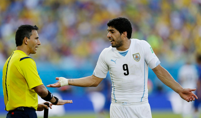 . Uruguay\'s Luis Suarez argues with referee Marco Rodriguez from Mexico during the group D World Cup soccer match between Italy and Uruguay at the Arena das Dunas in Natal, Brazil, Tuesday, June 24, 2014. (AP Photo/Ricardo Mazalan)