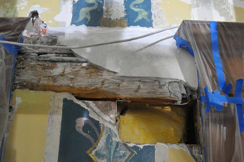 Zustand vor Neusetzung von Ziegel und Verputzung mit Haarmörtel: - Mauerstück mit 2 Winkeln angeschraubt an Balken - verzinkter Draht über Balken gespannt - Sicherung offener Putzabrisse von oben - Ausfüllen des Schachtes zwischen Mauer und Liftschacht mit Steinwolle DSC_0366