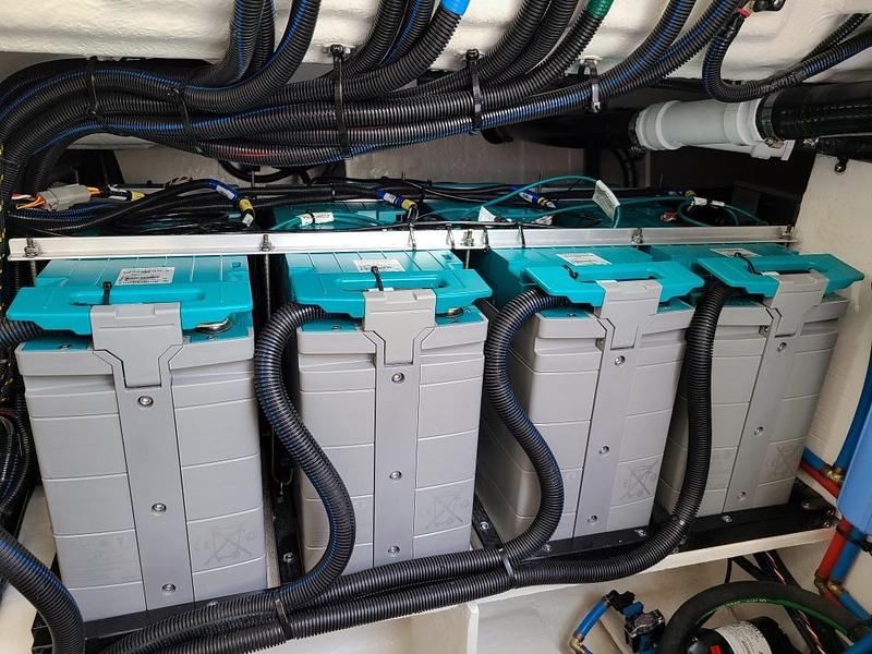 SLX-R-400e-Outboard-Fathom-batteries-002.jpg