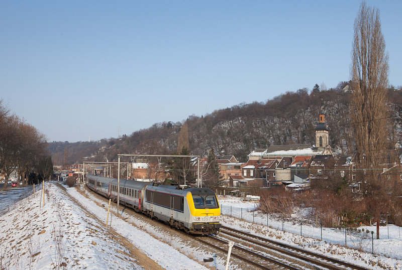 1357 pushes an IC-O (Ostende - Vise) past the Eglise Notre Dame in Cheratte.