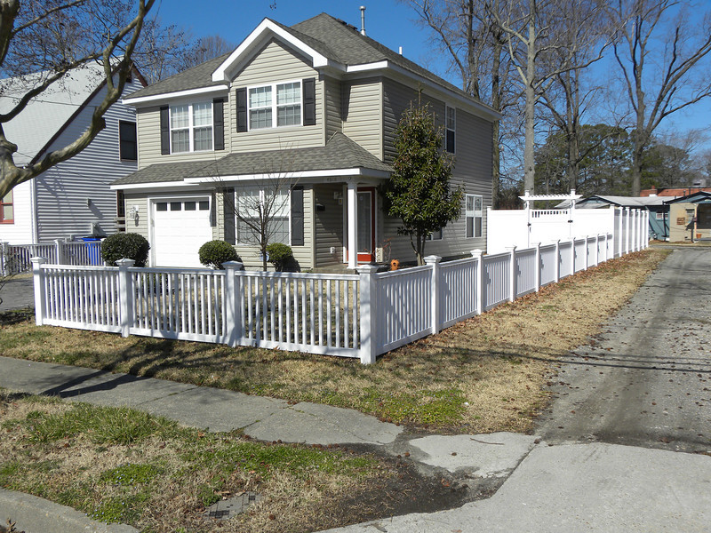 3 FOOT HANDRAIL TYPE PICKET FENCE IN FRONT YARD