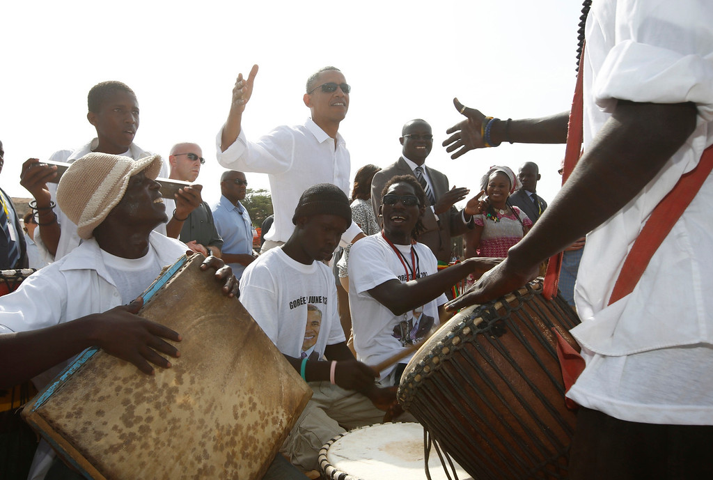 . U.S. President Barack Obama meets with African drummers on Goree Island near Dakar, Senegal, June 27, 2013. Obama visited the island on Thursday where African slaves in past centuries were shipped west.      REUTERS/Jason Reed