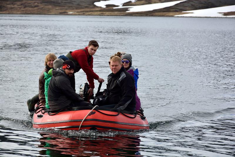 Sjálfboðaliðar á leið í land