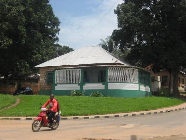 Dundo - K 91 casa de esquina em frente aos armazens