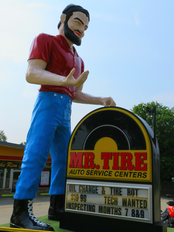 uniontown pennsylvanie muffler man - one of the muffler men with eyelashes