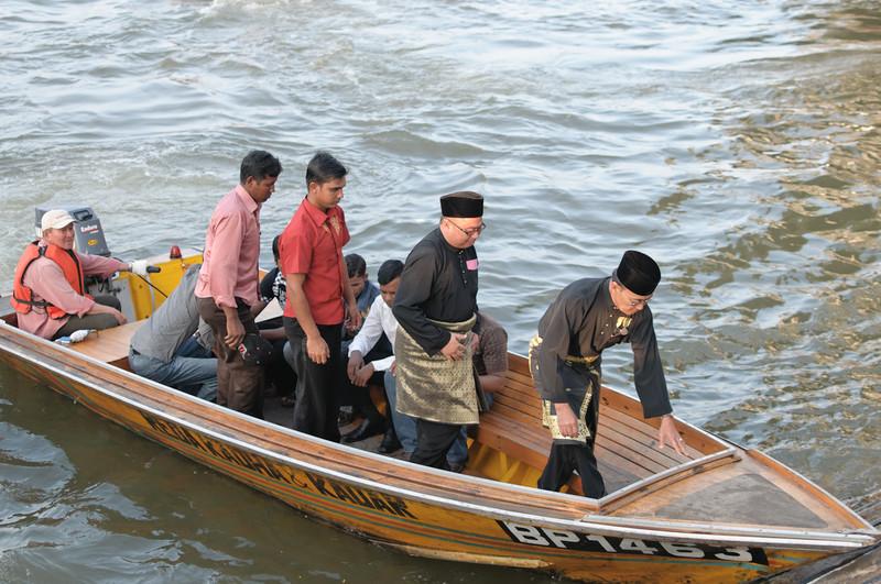 Viele Gäste namen ein Wassertaxi, um zur Parade zum Anlass des 65. Geburtstags zu kommen.