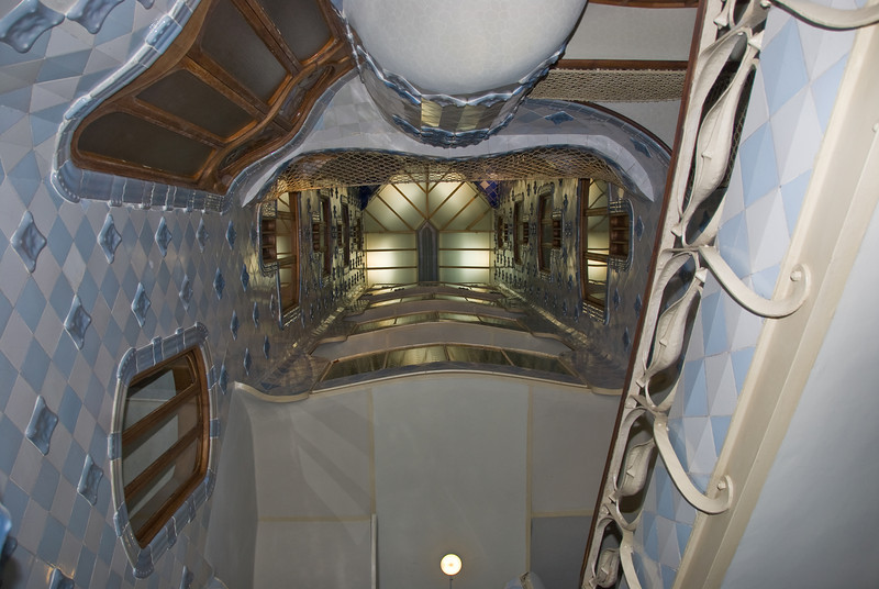 Looking up the front interior well in Casa Batlló from ground floor. (Dec 11, 2007, 09:24pm)