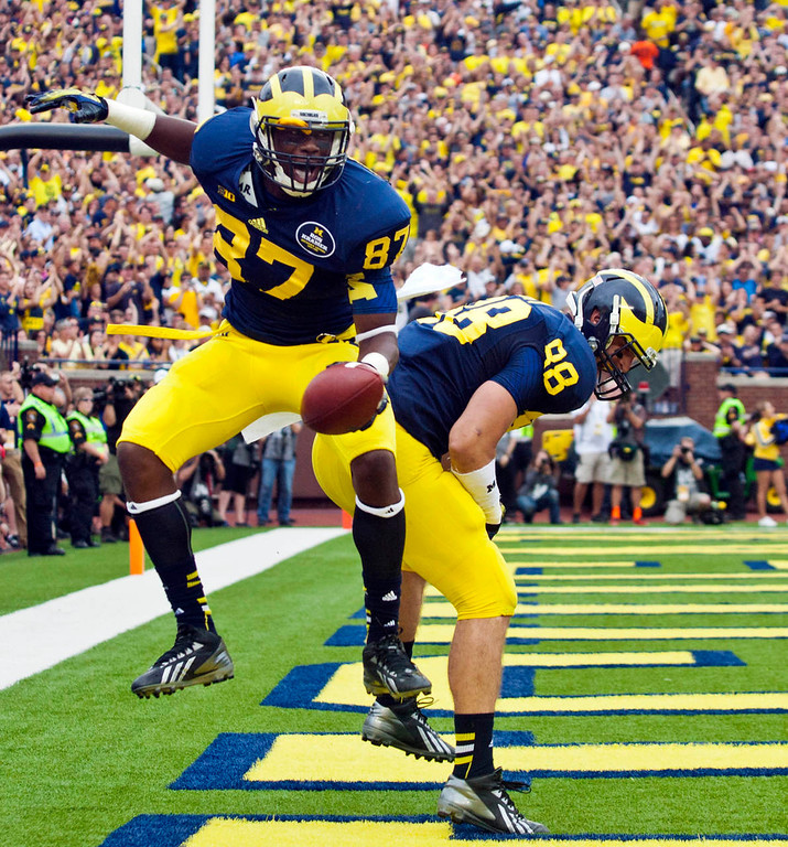 . Michigan tight end Devin Funchess (87) celebrates his touchdown with tight end Jake Butt (88) in the second quarter. (AP Photo/Tony Ding)