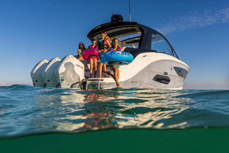 2021-Sundancer-370-Outboard-DAO370-lifestyle-starboard-stern-three-quarter-family-life-jacket-jumping-07454.jpg