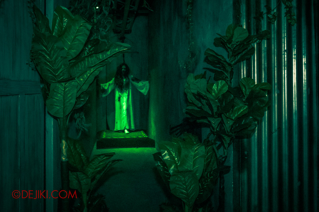 USS Halloween Horror Nights 8 – Pontianak haunted house – Flying Pontianak green ghostly corridor