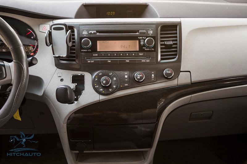 Toyota_Sienna_White_6SWK667-6104.jpg