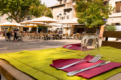 Europe, France, Provence, Villeneuve-Les-Avignon, alfresco dining on Place Jean Jaures