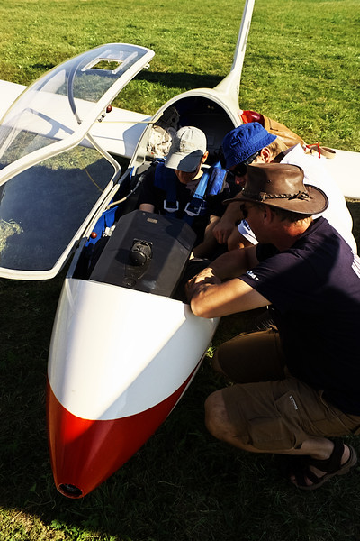 Postávání u větroňů se dá využít i produktivněji - například k základnímu seznámení pilota s letadlem, se kterým zatím nelétá.