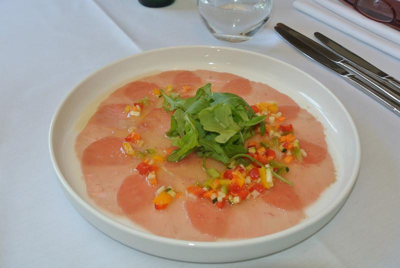 Carpaccio van tonijn met fijne groentjes en citroenvinaigrette