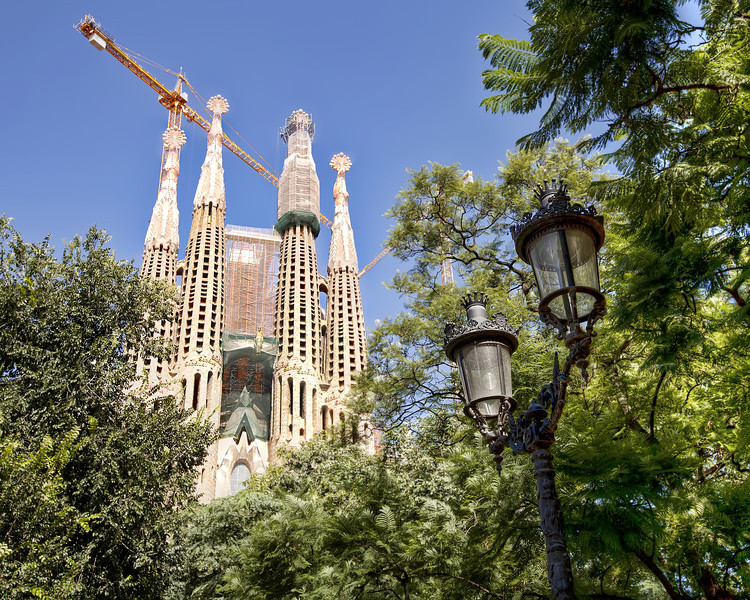 La-Sagrada-Familia-through-the-trees.jpg