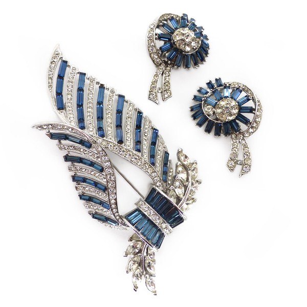 VINTAGE MID-CENTURY BLUE & WHITE RHINESTONE BROOCH & EARRINGS SET