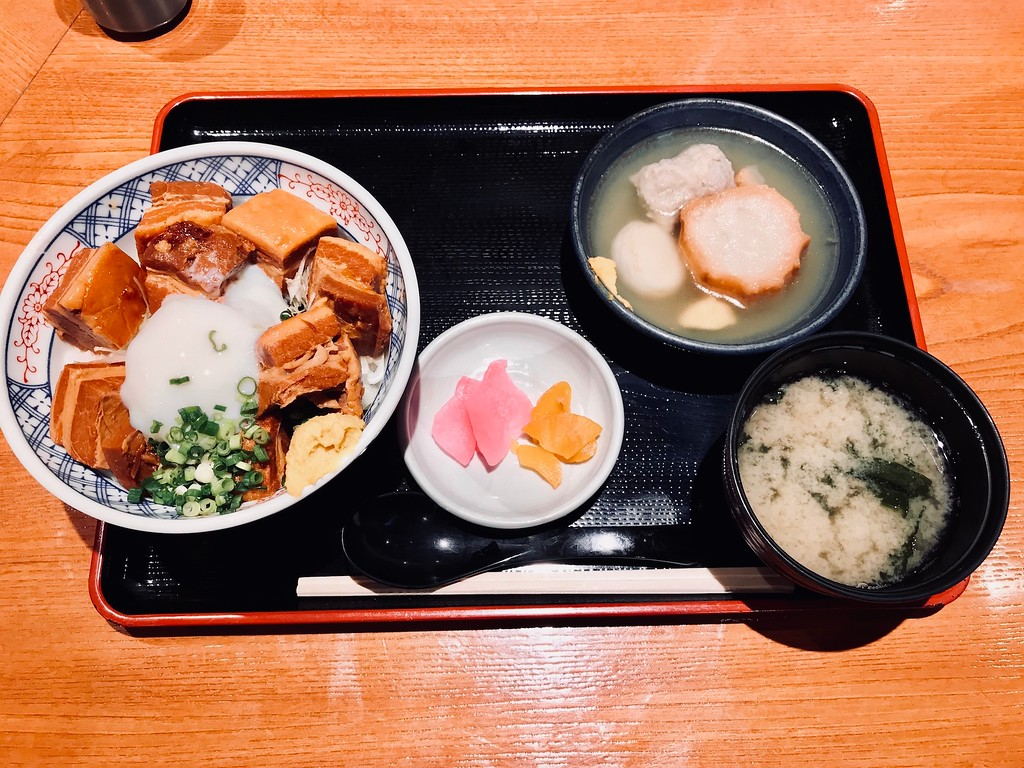 The braised pork belly rice bowl set for JPY950. It comes with oden, pickles, and miso soup.