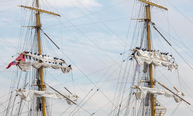 Segelschiff mit Matrosen beim Bergen von Segeln in den Raen