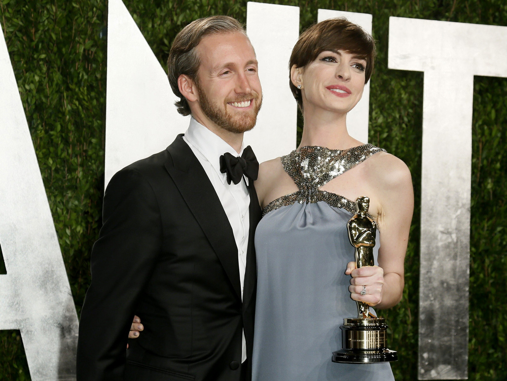 Description of . Anne Hathaway and her husband Adam Shulman attend the 2013 Vanity Fair Oscars Party in West Hollywood, California February 25, 2013.  REUTERS/Danny Moloshok