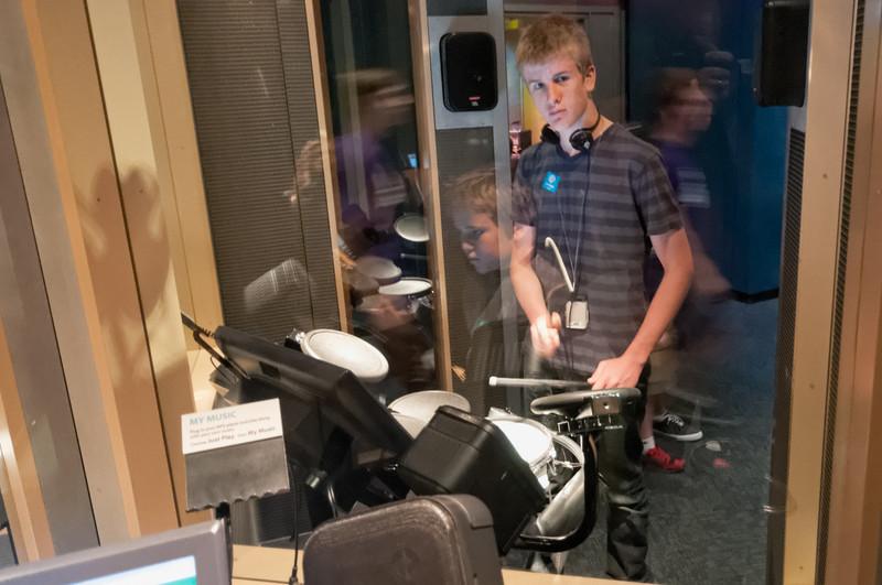Oskar am Schlagzeug.