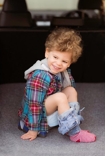 Potette_Portable_Potty_Lifestyle_Blue&Navy_Outside_Car_Boot_Boy_On_Potty_Smiling.jpg