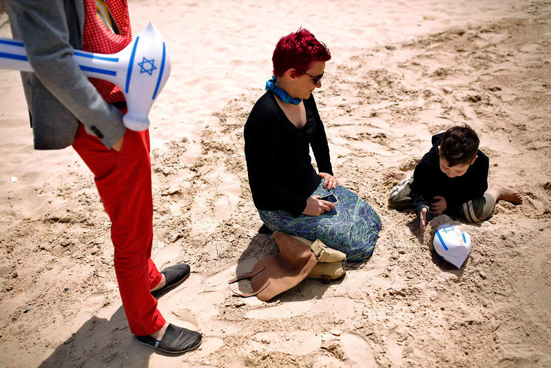 . A family plays on a Tel Aviv beach, on Israel\'s Independence Day, marking the 65th anniversary of the creation of the state, April 16, 2013. REUTERS/Amir Cohen
