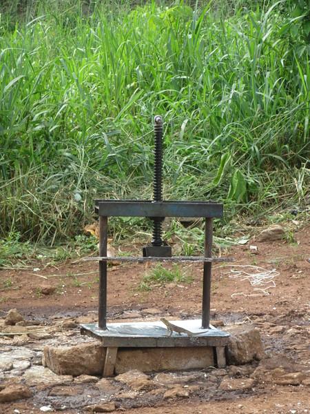 043_Semoule de manioc (Attieké). 3 de 7. Une machine écrase les morceaux et en fait une pâte. La machine (ci-illustrée) enlève l'eau de la pâte.JPG