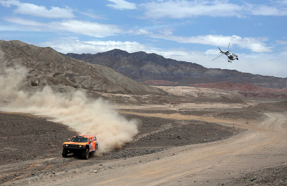 Description of . Robby Gordon of the U.S and co-pilot Kellon Walch compete with their Hummer car during the 6th stage of the Dakar Rally from Arica to Calama, January 10, 2013. Picture taken January 10, 2013.   REUTERS/Jacky Naegelen