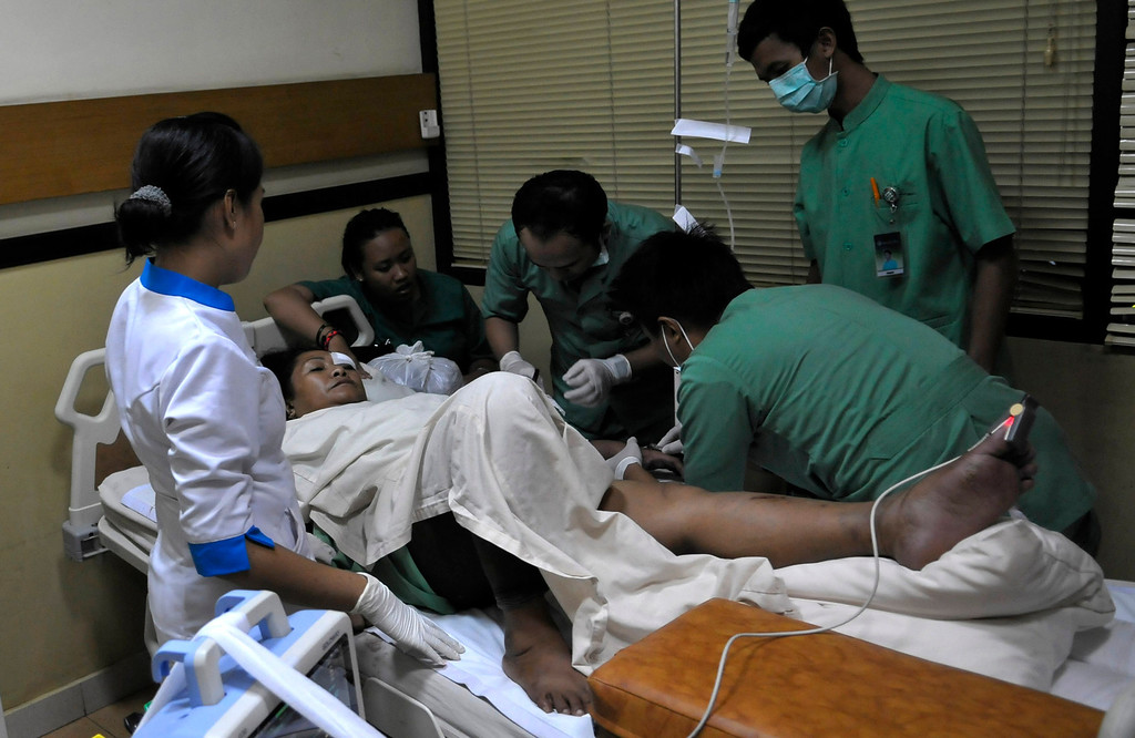 . A passenger from the Lion Air plane that missed the runway at Bali\'s international airport receives treatment at Kasih Ibu hospital near Denpasar, Bali April 13, 2013. All 108 passengers and crew survived when a Lion Air Boeing 737 missed the runway on the Indonesian resort island of Bali on Saturday and landed in shallow water, an airline spokesman and government officials said. REUTERS/Stringer