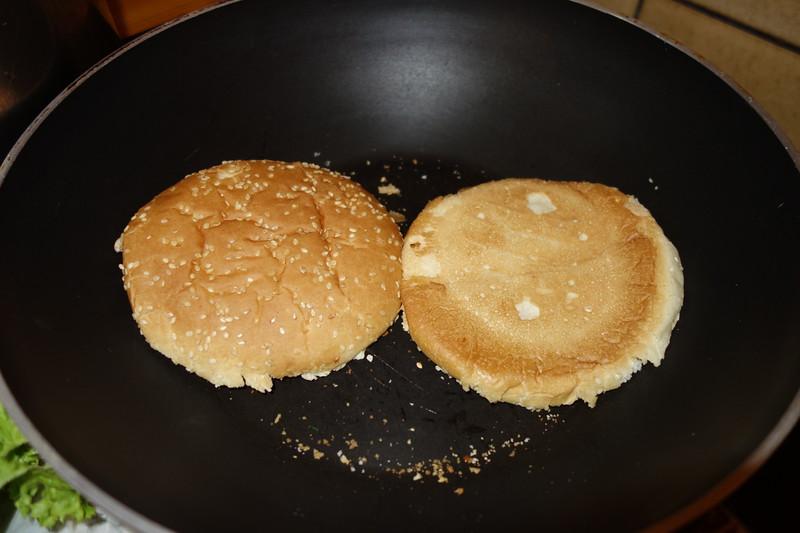 Die großen Hamburger Brötchen einfach in der Pfanne auf kleiner Stufe warm machen