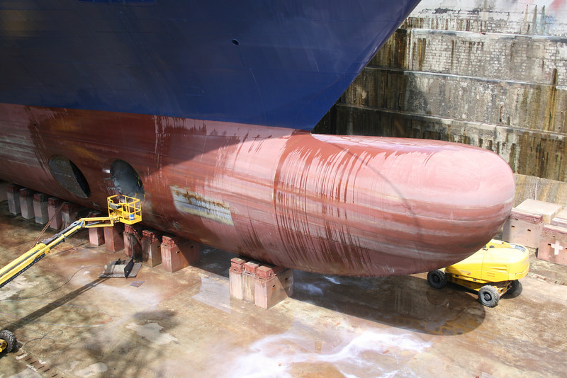 2008 - CRUISE BARCELONA : last works in dry dock in Napoli before sea trials. A giant bulb.
