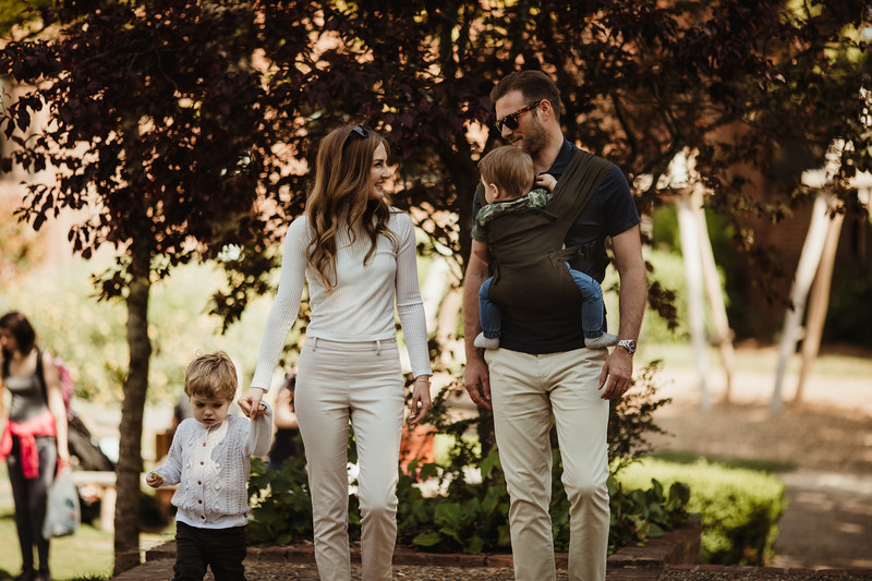 Izmi_Baby_Carrier_Olive_Lifestyle_Front_Carry_Family.jpg