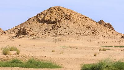 Nu 1 Taharqa, Nu 18 Analmaaje (rechts dahinter), Nu 9 Aramatelqo (ganz hinten rechts), im Vordergrund eine Königin- oder Königinmutterpyramide, Nuri, Sudan