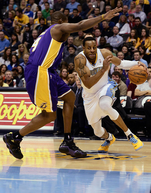 . Denver Nuggets\' Andre Iguodala (R) drives in for a shot on Los Angeles Lakers\' Antawn Jamison (L) during their NBA basketball game in Denver, Colorado February 25, 2013.   REUTERS/Mark Leffingwell