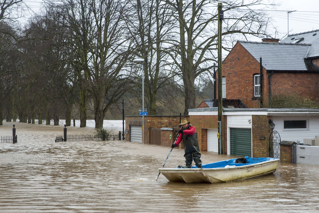 . Jackie Morris rows away from her house on Waterworks Road on February 12, 2014 in Worcester, England. The Environment Agency has issued flood warnings for dozens of areas along the River Severn. With heavier rains forecast for the coming week people are preparing for for the water levels to rise. (Photo by Rob Stothard/Getty Images)