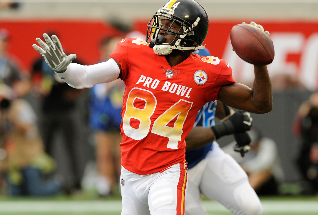 . AFC wide receiver Antonio Brown (84), of the Pittsburg Steelers, throws the ball, during the first half of the NFL Pro Bowl football game against the NFC, Sunday, Jan. 28, 2018, in Orlando, Fla. (AP Photo/Steve Nesius)