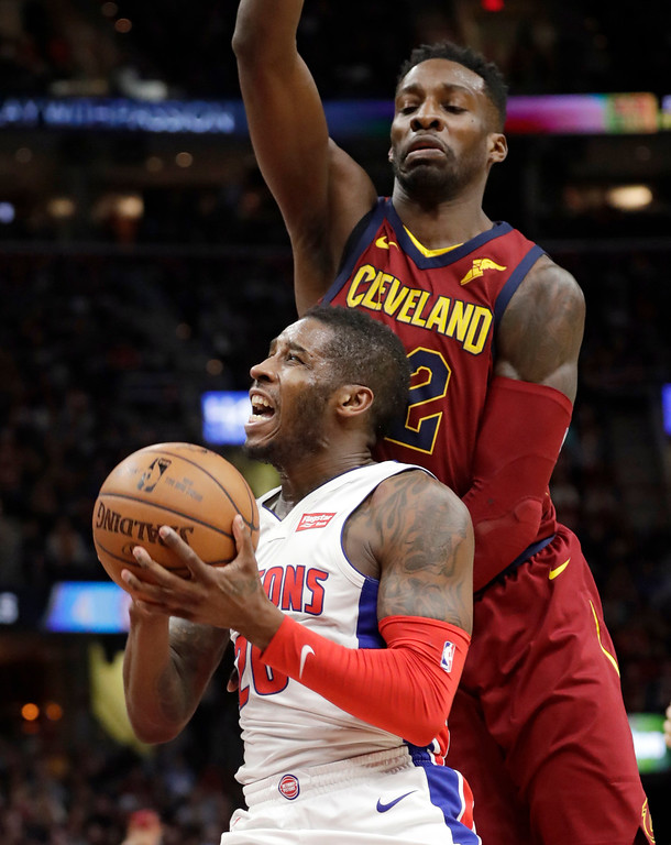 . Detroit Pistons\' Dwight Buycks, left, drives tot he basket under pressure from Cleveland Cavaliers\' Jeff Green in the second half of an NBA basketball game, Sunday, Jan. 28, 2018, in Cleveland. The Cavaliers won 121-104. (AP Photo/Tony Dejak)