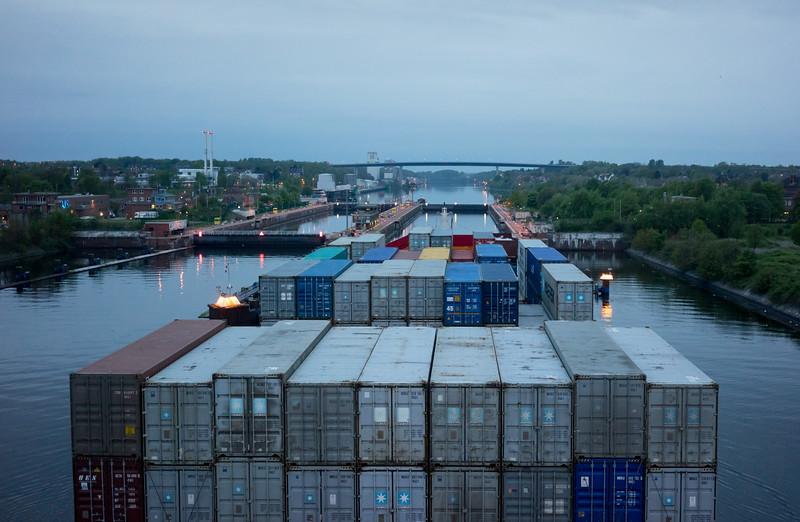 Containerschiff bei der Einfahrt in die Schleuse Kiel Holtenau