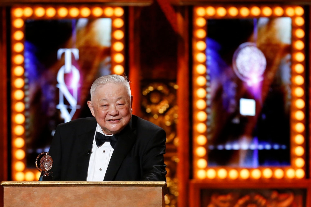. Scenic designer Ming Cho Lee accepts the American Theater Wing\'s Lifetime Achievement Award during the American Theatre Wing\'s annual Tony Awards in New York June 9, 2013. REUTERS/Lucas Jackson