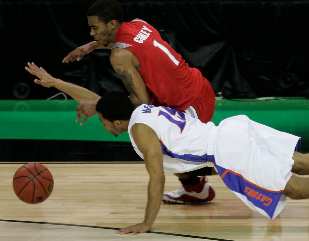 . Florida\'s Walter Hodge (15) dives for a loose ball against Ohio State guard Mike Conley Jr. (1) during the second half the Final Four basketball championship game at the Georgia Dome in Atlanta, Monday, April 2, 2007. (AP Photo/Morry Gash)
