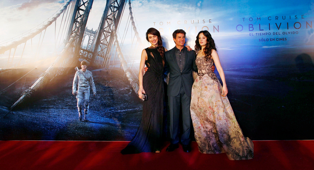 ". U.S. actor Tom Cruise poses with Ukrainian-born actress Olga Kurylenko (L) and British actress Andrea Riseborough (R) as they arrive on the red carpet for the world premiere of their movie ""Oblivion\"" in Buenos Aires March 26, 2013. REUTERS/Marcos Brindicci"