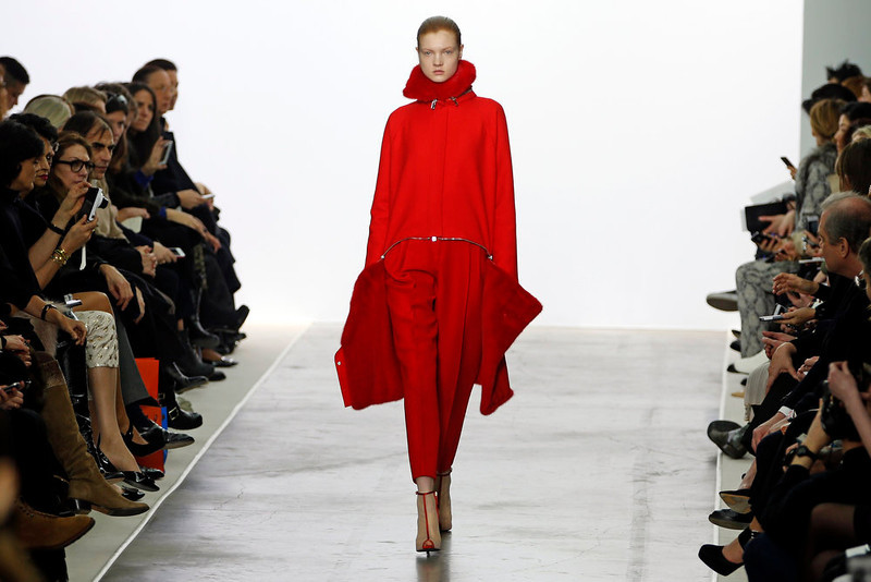 . A model presents a creation by Italian designer Giambattista Valli as part of his Fall-Winter 2013/2014 women\'s ready-to-wear fashion show during Paris fashion week March 4, 2013.  REUTERS/Charles Platiau