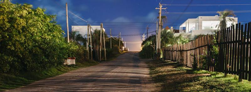 Calle Calandrias en la noche.