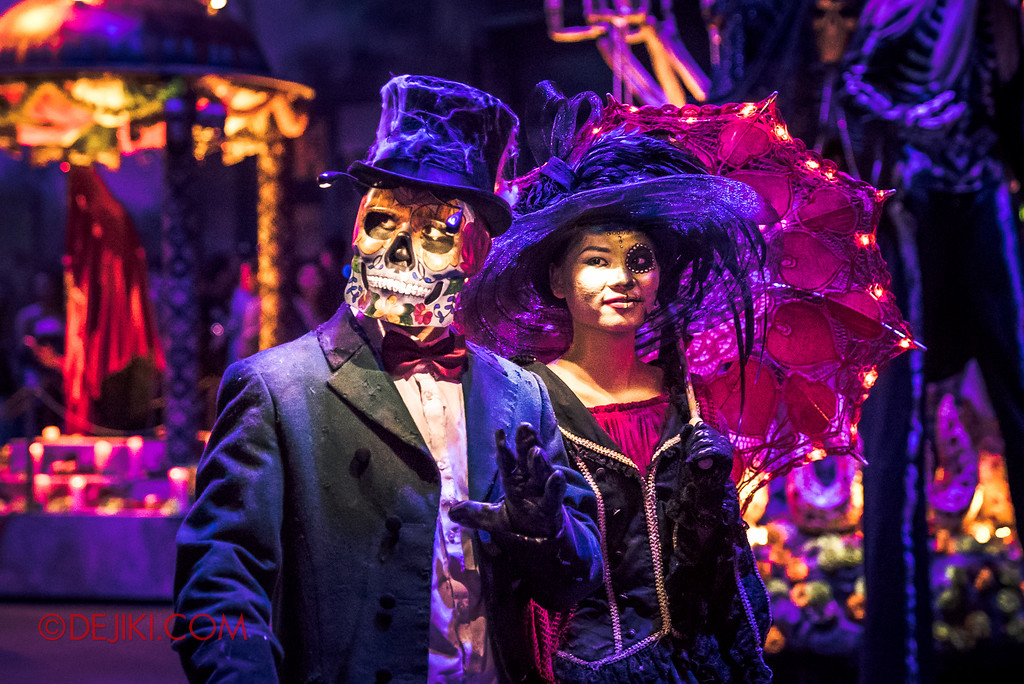 Halloween Horror Nights 6 - March of the Dead / Death March - Dapper couple waves