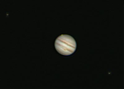 Ganymede zvolna vychází za kotoučkem Jupiteru. Vlevo Io, vpravo Europa. SkyWatcher 130/650, barlow 2x, webkamera MS Lifecam, stack cca. 2000 snímků. Olomouc 24.4.2013 21:30.