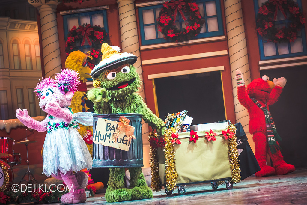Universal Studios Singapore Christmas 2017 - Oscar's Grouchmas / Oscar gives things away