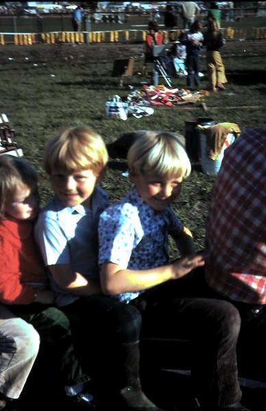 1975-11 (19) Allen 4 yrs 6 mths, Andrew 6 yrs 3 mths @ Dandenong Show.JPG