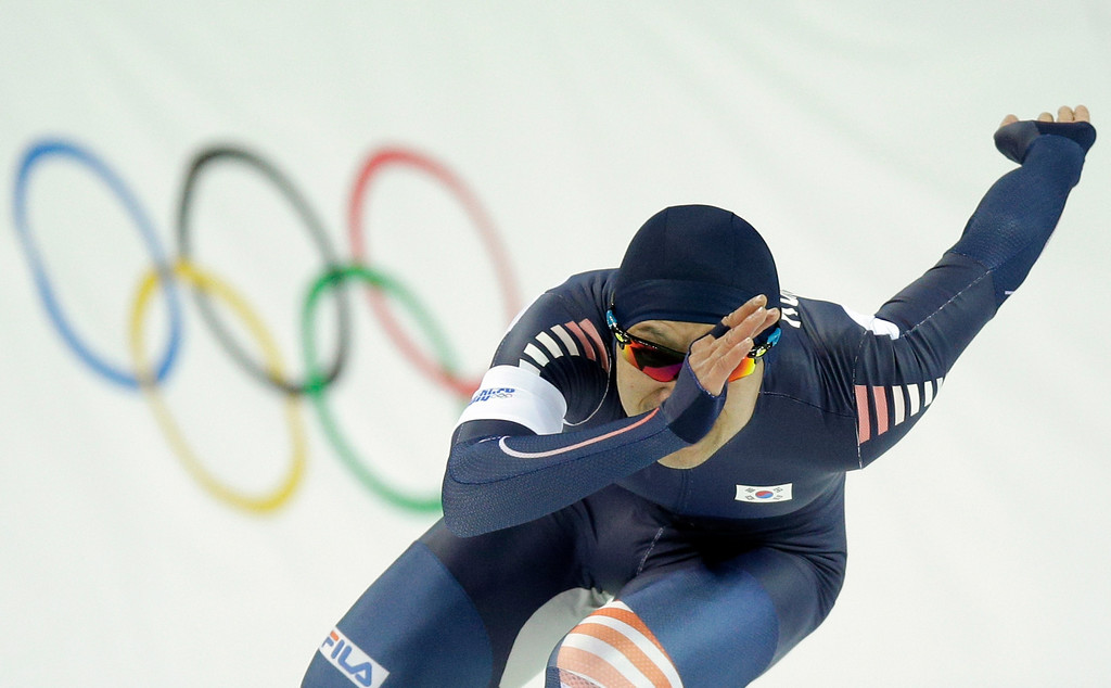. South Korea\'s Lee Kyou-hyuk competes in the second heat of the men\'s 500-meter speedskating race at the Adler Arena Skating Center during the 2014 Winter Olympics, Monday, Feb. 10, 2014, in Sochi, Russia. (AP Photo/Pavel Golovkin)